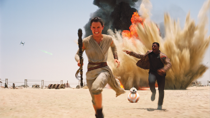 Rey (Daisy Ridley), Finn (John Boyega) and BB-8 run away from First Order forces.
