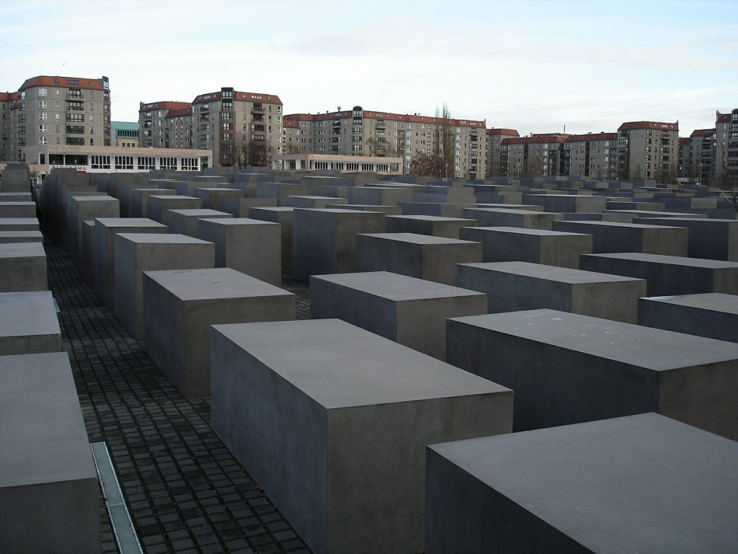 holocaust memorial by k3cOoOsvp488hntF on pixabay