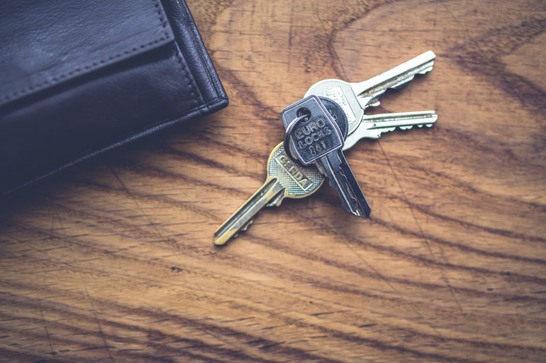 keys and wallet, by Kaboompics on pexels
