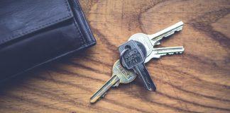 keys and wallet, by Kaboompics on pexels